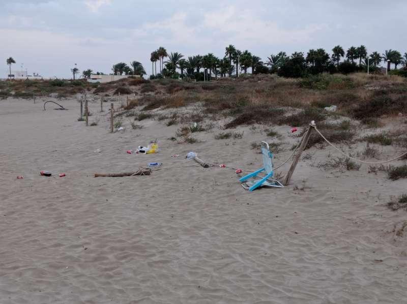 Algunos de los restos de botellones en la playa de Canet. EPDA.