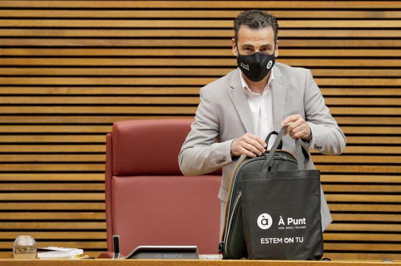 El director general de la Societat Anònima de Mitjans de Comunicació de la Comunitat Valenciana, Alfred Costa, en Les Corts. EFE