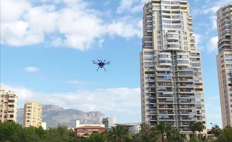 Un dron sobrevuela una ciudad, en una imagen cedida por la Universidad Politécnica de València (UPV).