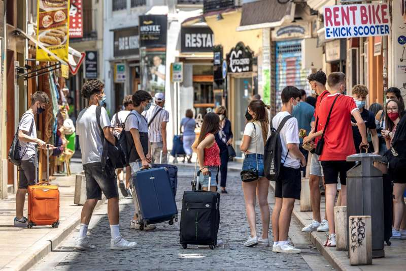 Un grupo de turistas esperan junto a sus maletas en el centro hist�rico de Valencia. Archivo/EFE/Biel Ali�o