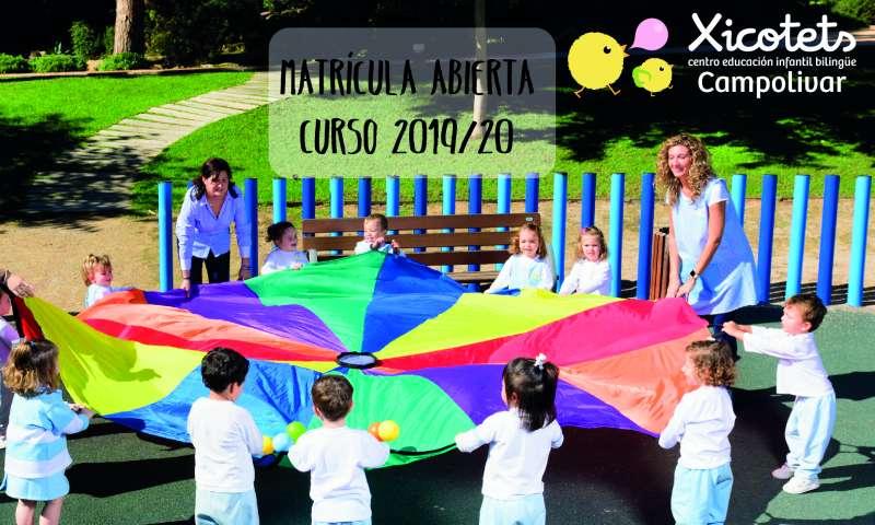 Los niños juegan con las docentes de Xicotets. / EPDA