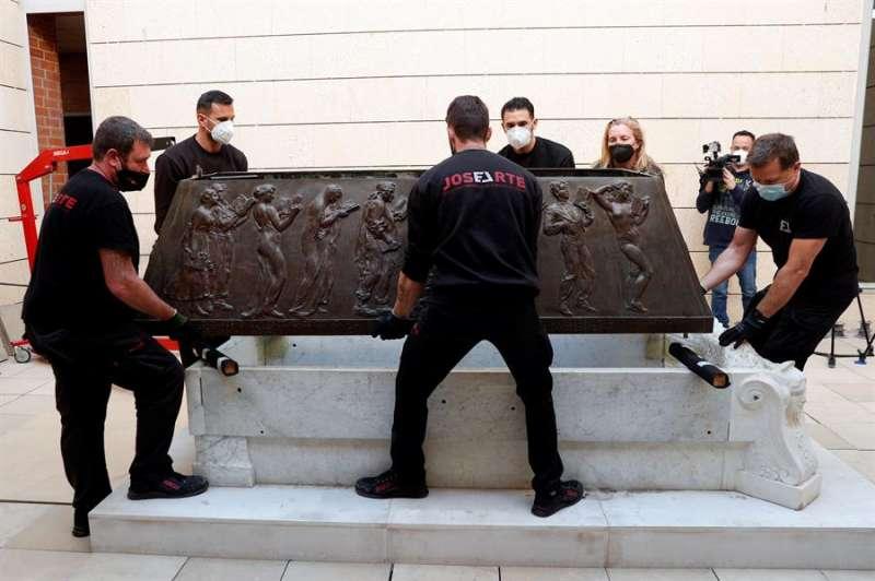 Varios operarios durante los trabajos de traslado del sarcófago del escritor Vicente Blasco Ibáñez desde el Museo de Bellas Artes hasta el Cementerio General. EFE