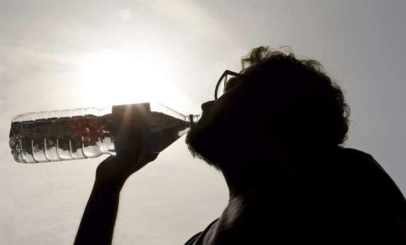 Un hombre se refresca para mitigar el calor.