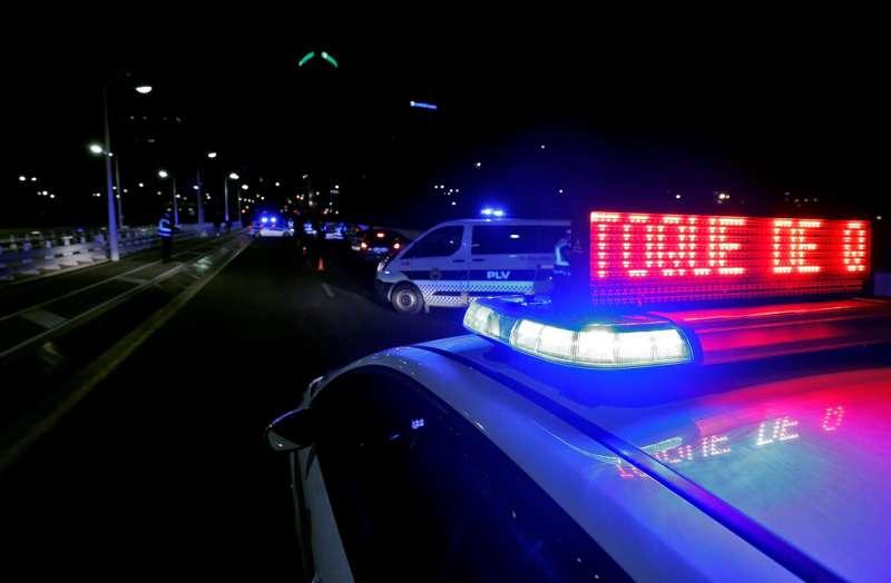Agentes de la Policía Local de Valencia detienen a vehículos en un control. Archivo/EFE