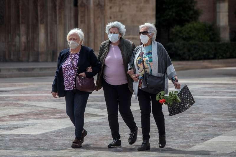 Señoras paseando con mascarilla. EPDA.