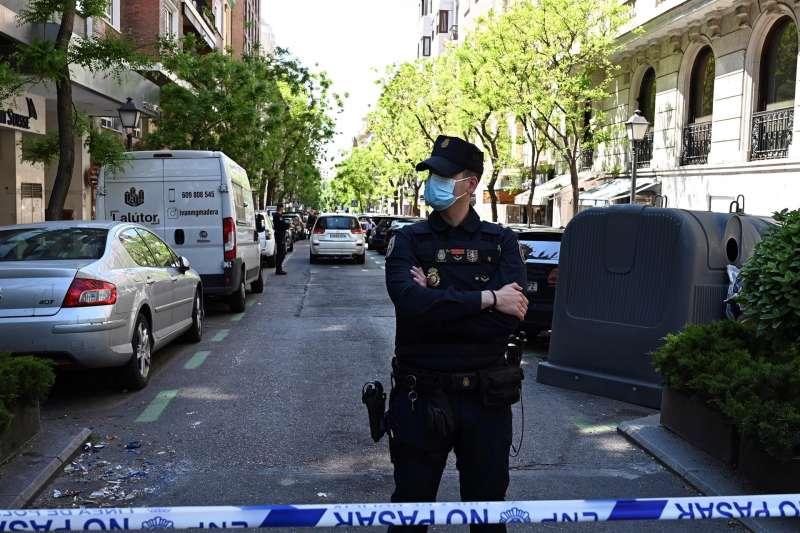 Un policía nacional durante una intervención. EFE/Archivo