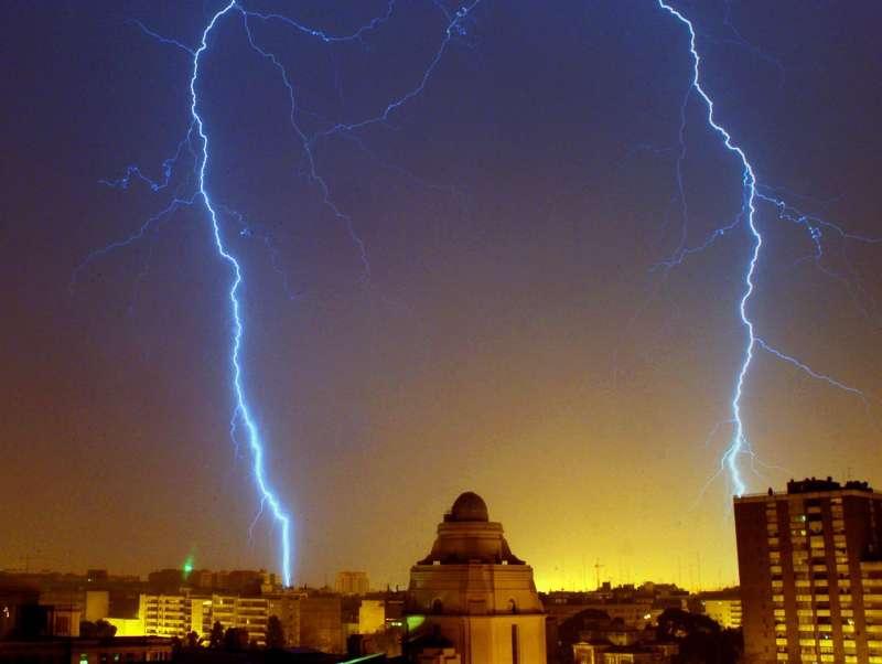 Dos rayos surcan el cielo de València en una imagen de archivo. EFE / Kai Försterling.
