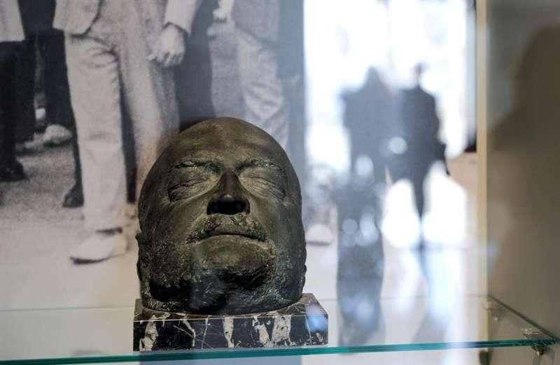 Máscara funeraria del escritor Vicente Blasco Ibáñez que forma parte de la renovación de la museografía de la Casa Museo del escritor. EFE
