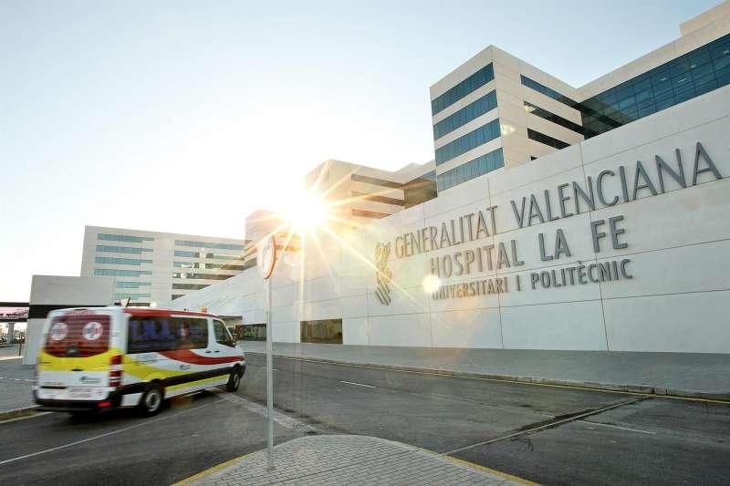 Imagen de la fachada del hospital La Fe de València. EFE/Manuel Bruque/Archivo