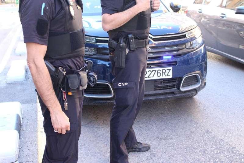 Dos agentes de la Policía Nacional en una imagen facilitada por el cuerpo.