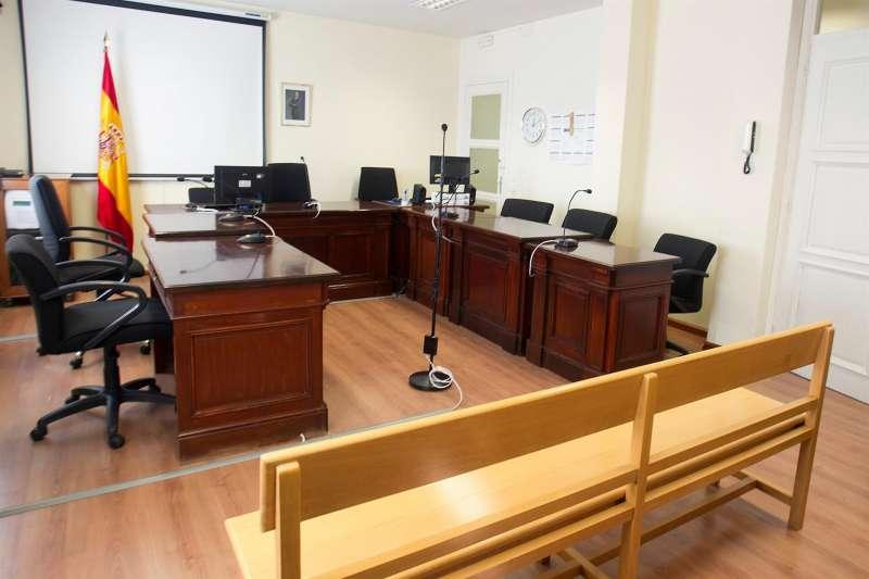 Sala de juicios vacía, antes de una vista.
