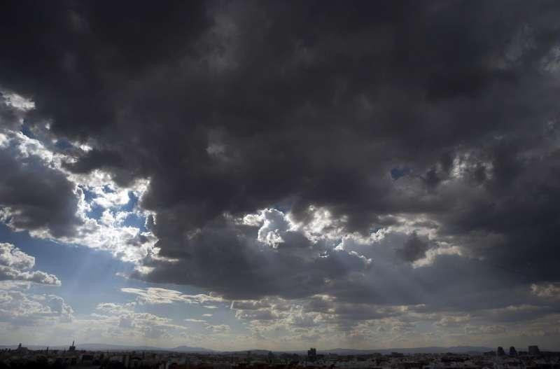 Grandes nubes cubren el cielo de la ciudad de Valencia.