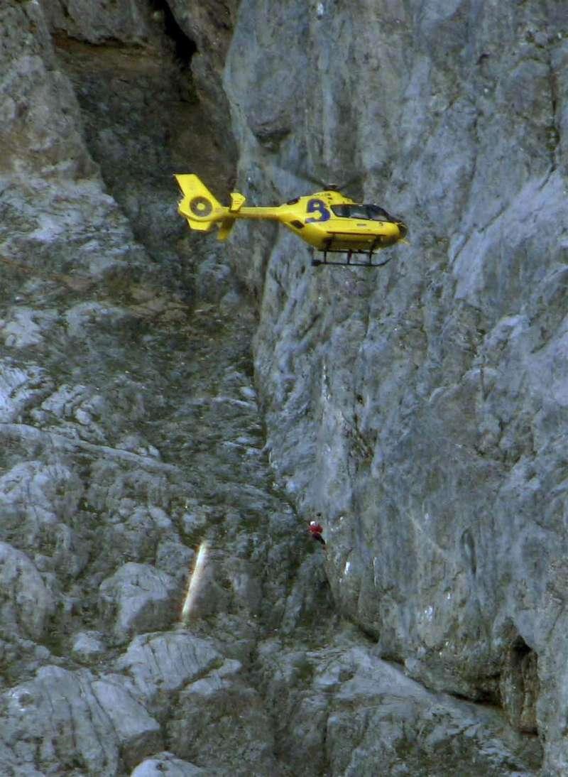 Imagen de archivo de un rescate en la montaña. EFE/Archivo