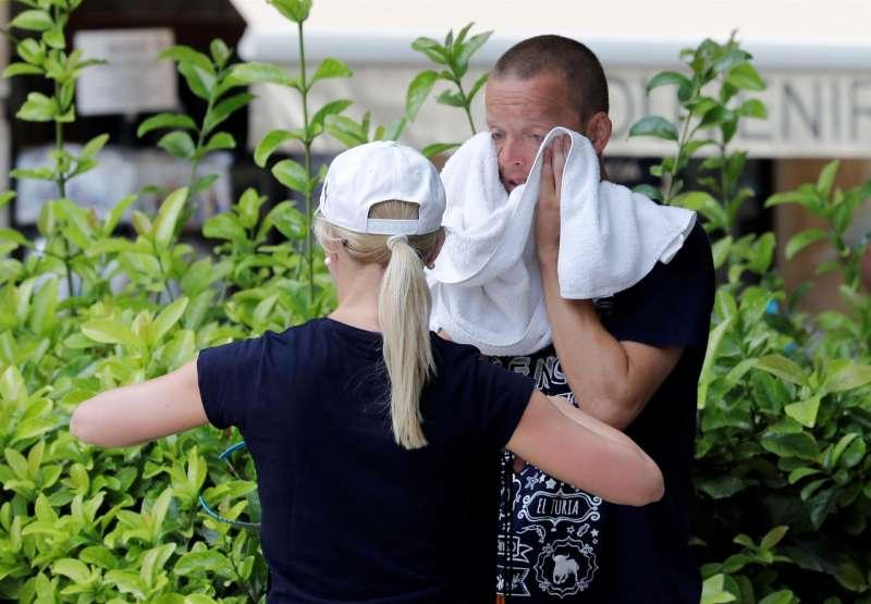 Una pareja de turistas se secan el sudor. EFE