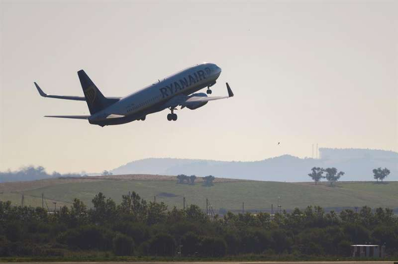 Un avión de Ryanair, con destino Valencia, despega del aeropuerto Seve Ballesteros en Maliaño (Cantabria). EFE
