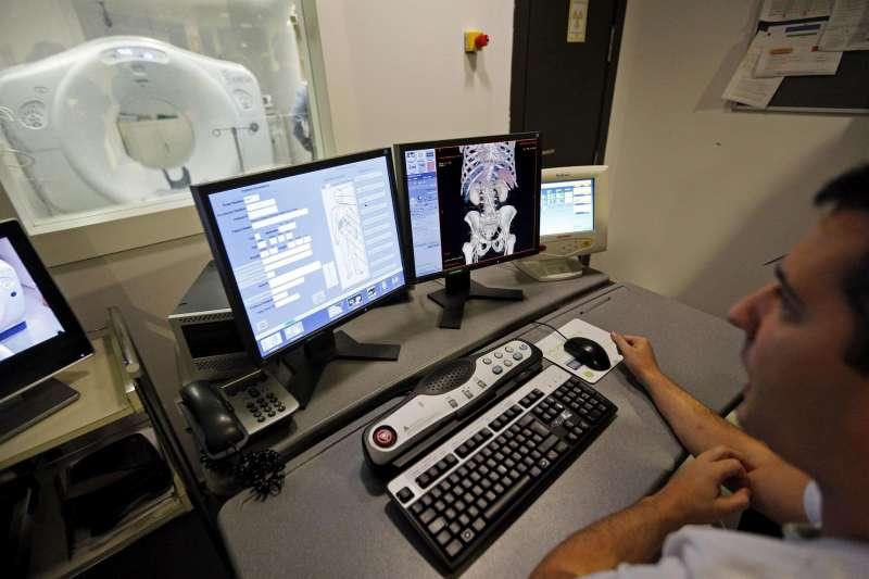 Un técnico observa las imágenes conseguidas por el sistema de tomografía computerizada. Archivo/EFE/Manuel Bruque