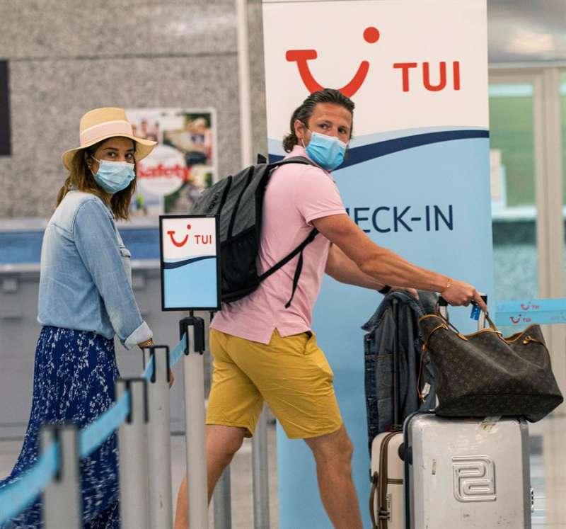 Dos personas con mascarilla embarcan en un aeropuerto. EFE/Archivo