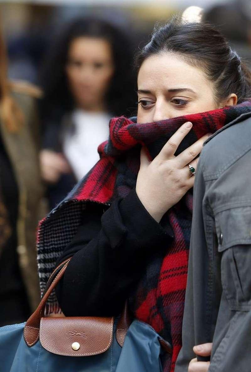 Una joven se protege del frío. EFE/Kai Försterling