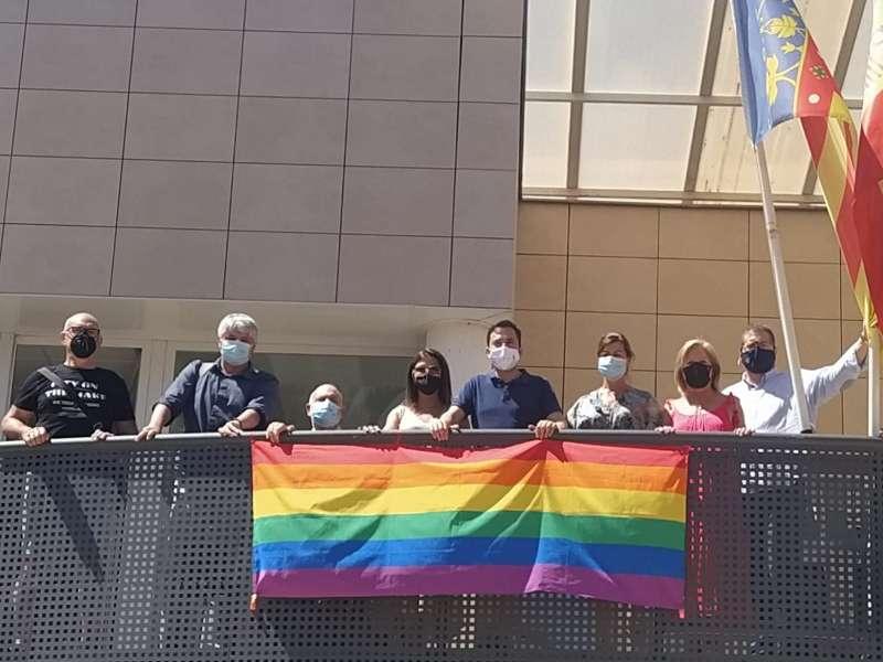Bandera LGTBIQ+ colgada del balcón del Ayuntamiento. / EPDA