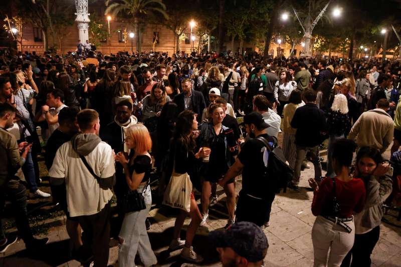 Decenas de jóvenes celebran en Barcelona el fin del estado de alarma durante la madrugada del domingo.