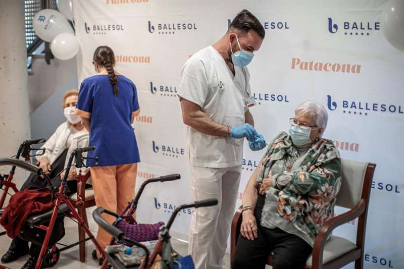 Un sanitario inyecta la vacuna para la covid-19 de Pfizer-BioNTech durante la vacunación a trabajadores y residentes de la residencia Ballesol Patacona (Valencia) en una imagen de archvio. EFE/Biel Aliño/Archivo