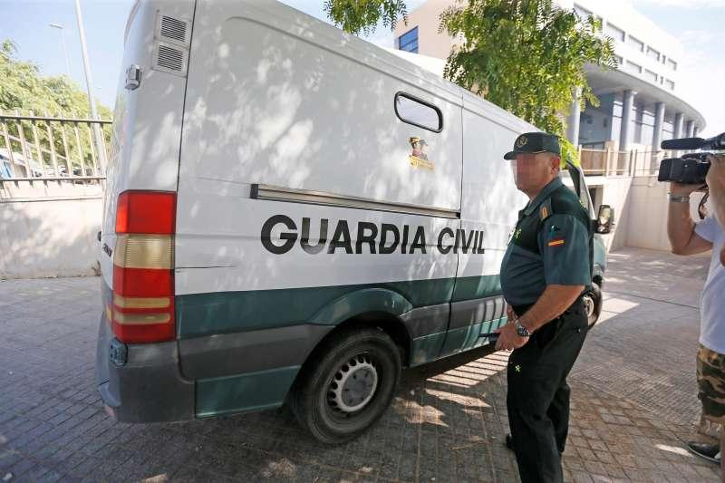 Una furgoneta de la Guardia Civil, trasladando a unos detenidos.
