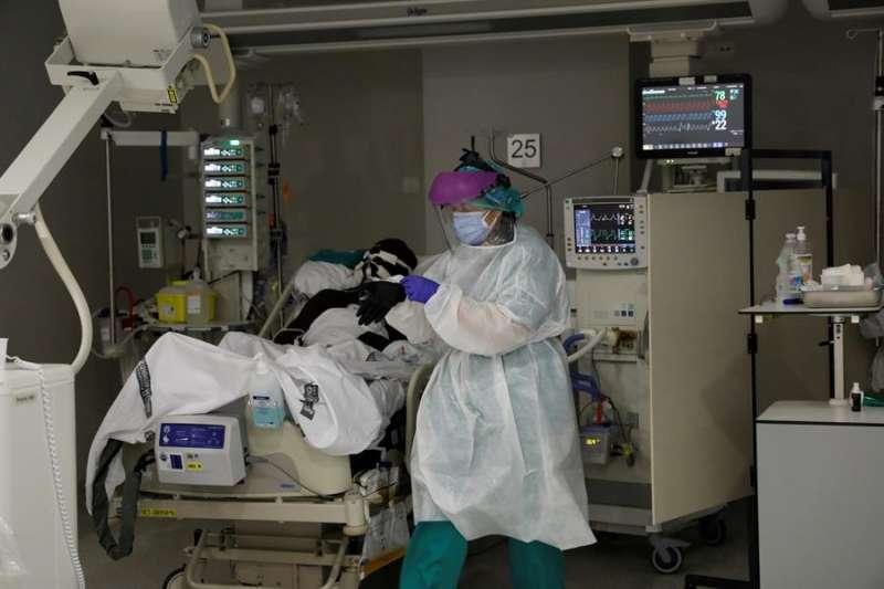 Imagen de archivo de una UCI en el Hospital La Fe de València entre la segunda y la tercera ola de esta pandemia. EFE