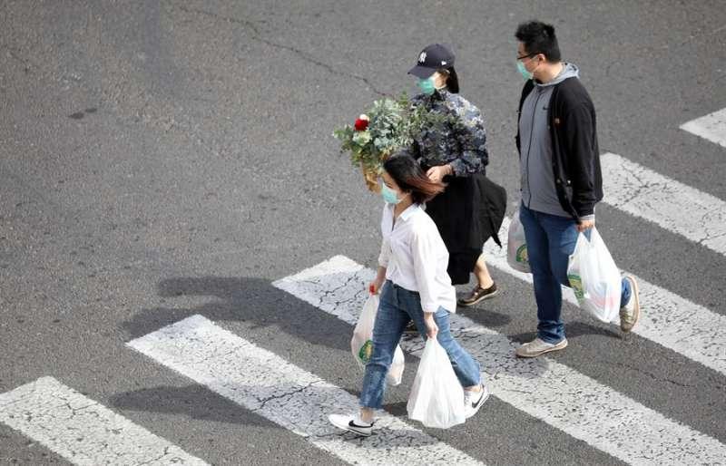 Tres personas con mascarilla y bolsas de la compra transitan por la ciudad este viernes. EFE/Ana Escobar