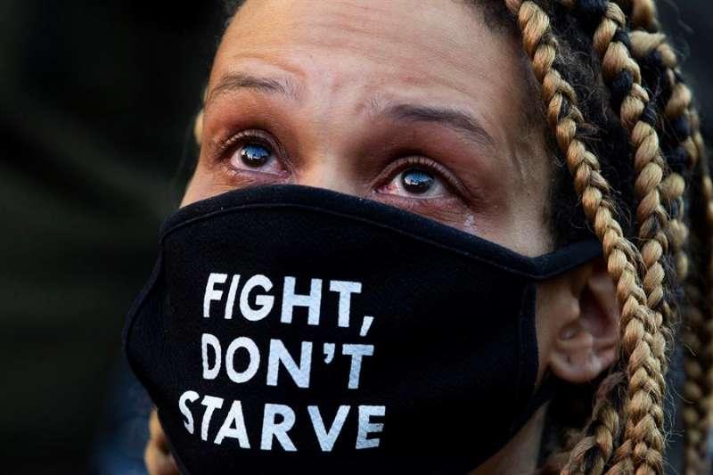 Una persona asustada por la situación. EFE/EPA/MICHAEL REYNOLDS