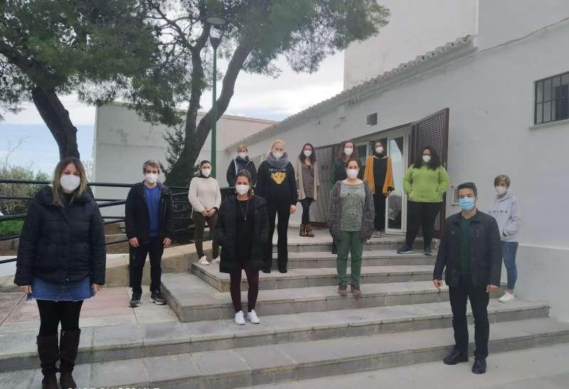Los participantes del taller de empleo con el alcalde de Loriguilla. / EPDA