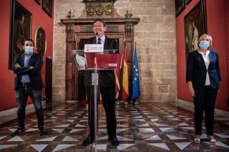 El president de la Generalitat, Ximo Puig (centro), comparece ante los medios de comunicación tras la reunión con el conseller de Educación, Cultura y Deporte, Vicent Marzà, y la consellera de Sanidad Universal y Salud Pública, Ana Barceló (d). EFE/Biel Aliño