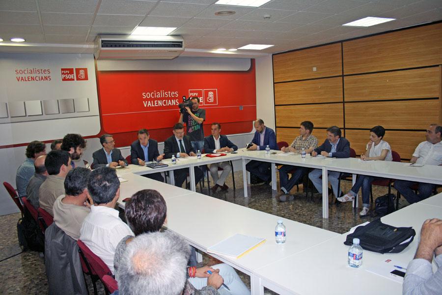 Ximo Puig, rodeado por Antonio Torres y Francesc Romeu, reunidos con profesionales del mundo audiovisual. FOTO SOCIALISTESVALENCIANS.ORG