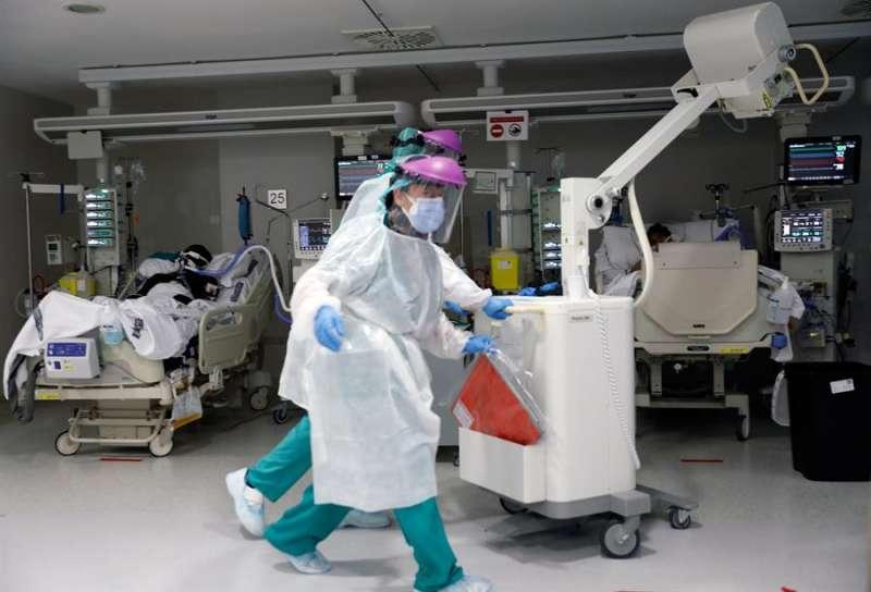 Personal sanitario atiende a un paciente en la Unidad de Cuidados Intensivos del Hospital La Fe de Valencia.EFE