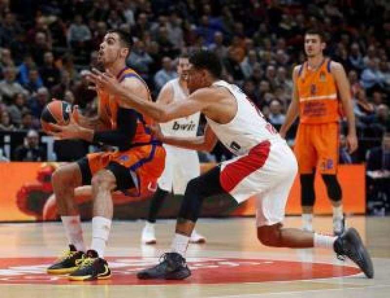 Pie de El jugador del Valencia Basket Alberto Abalde (i) juega un balón ante y Augustine Rubit, de Olympiacos. EPDA