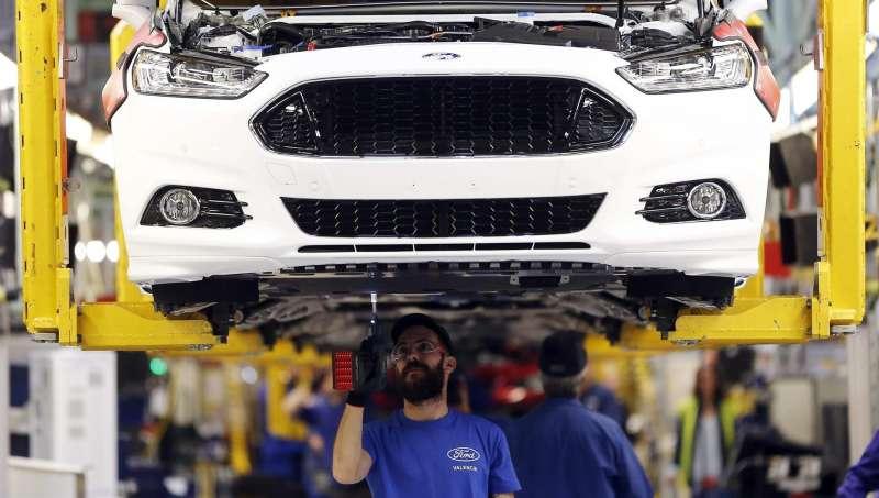 Operarios trabajan en la fábrica Ford de Almussafes.