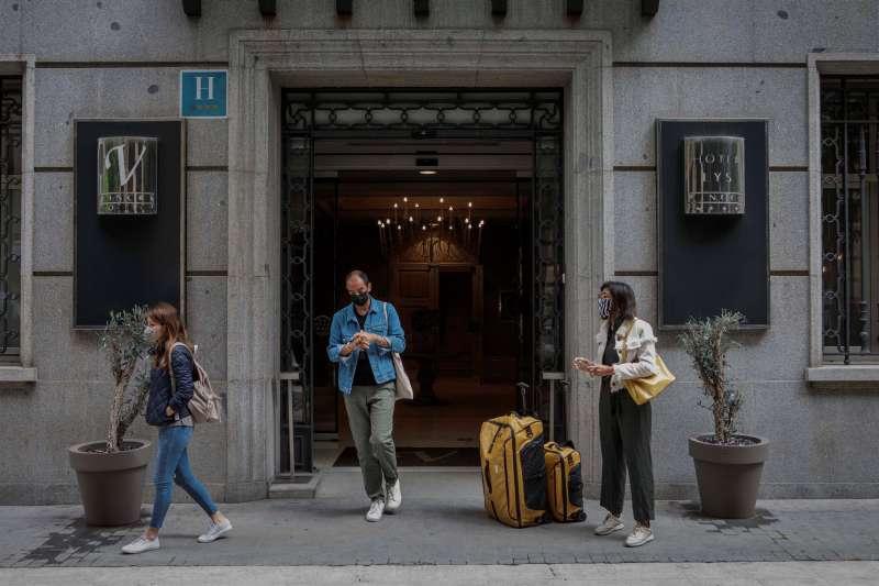 Varias personas salen de un hotel de Valencia.