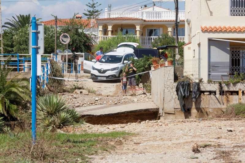 Unos vecinos toman imágenes de una zona afectada por el temporal de lluvia en la provincia de Castellón.