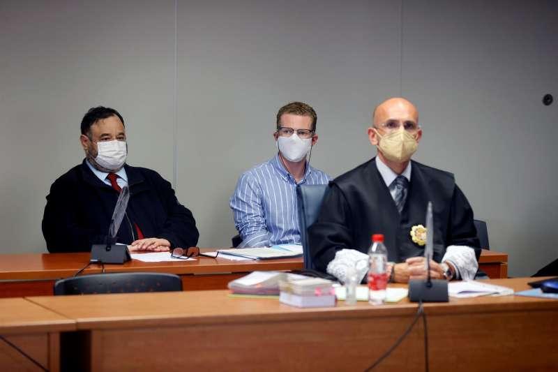 En el centro de la imagen, el padre de los pequeños asesinados junto a su abogado. EFE