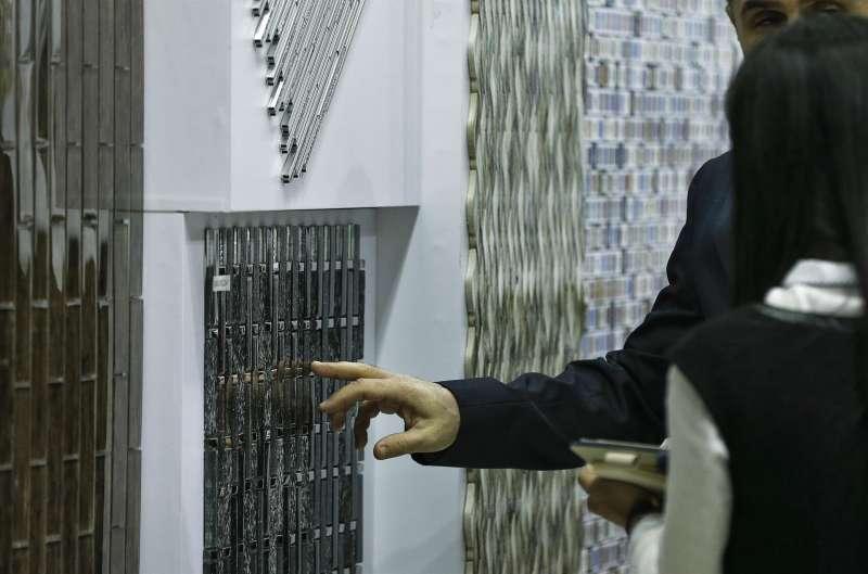 Una persona contempla varias piezas de cerámica. EFE/Manuel Bruque/Archivo