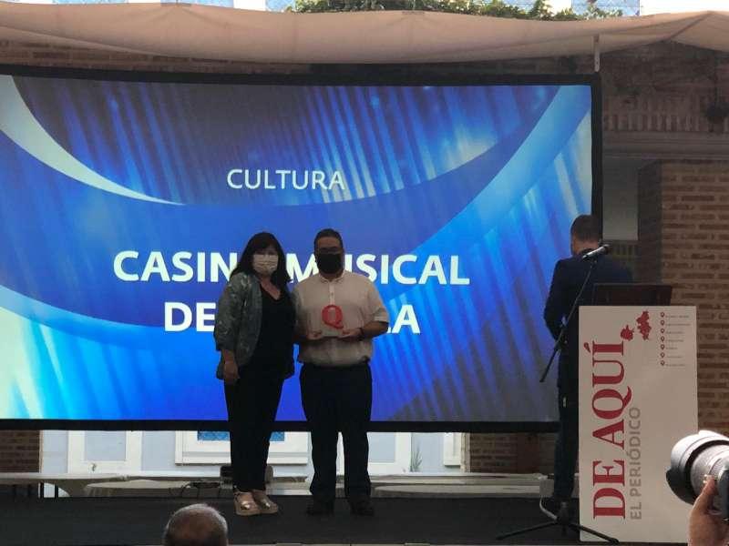 El presidente del Casino Musical, Antonio Moreno, recibiendo el galardón de manos de la alcaldesa de Godella, Teresa Bueso./ EPDA