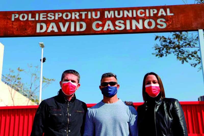 David Casinos frente al polideportivo con su nombre