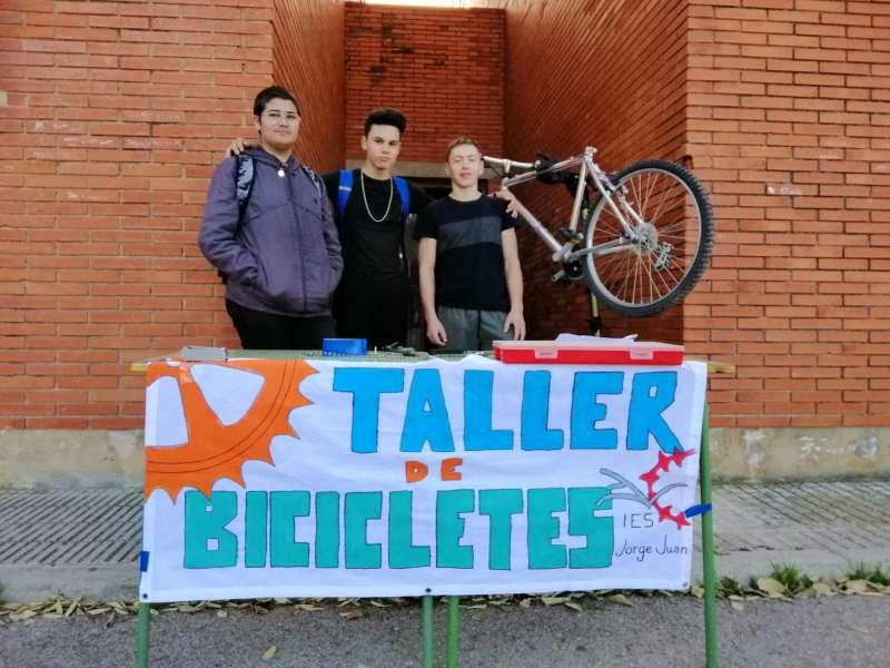Alumnes al taller de reparació de bicicletes. EPDA