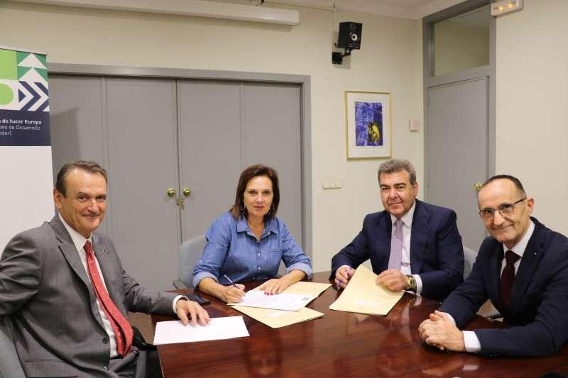La alcaldesa de Quart de Poblet, Bartolomé Nofuentes y el presidente de Air Nostrum.