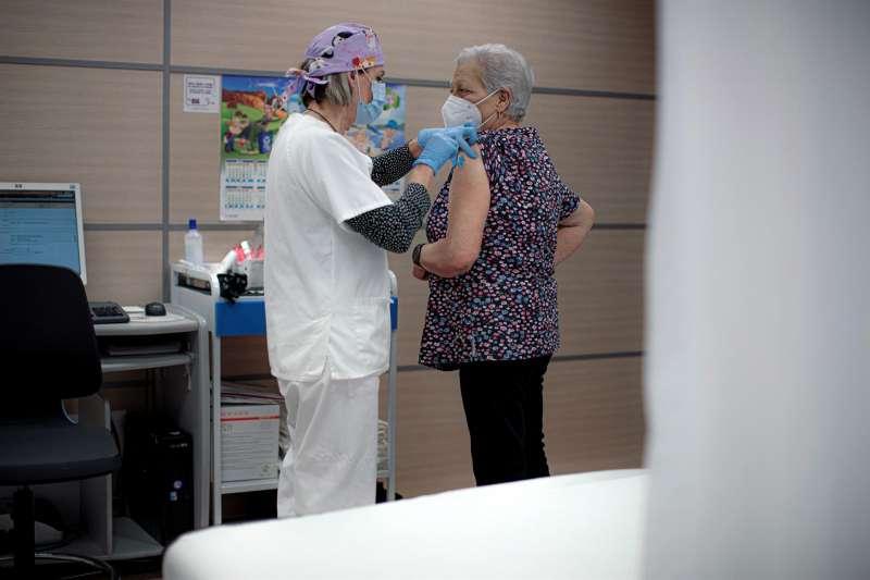 Una persona se vacuna con una dosis de Pfizer en el centro de salud Safranar de Valencia. EFE/ Biel Aliño/Archivo