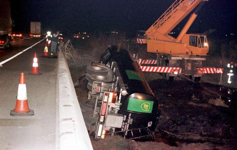 Imagen de archivo de un camión volcado en una carretera de Castellón.
