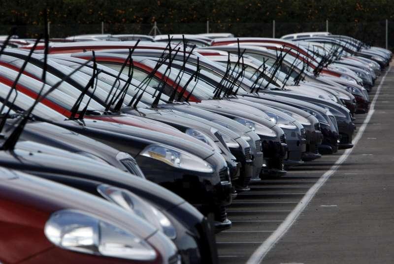 En la imagen, miles de vehículos se almacenan en espera de que la demanda suba.