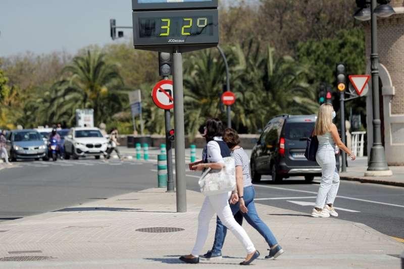 Un termómetro marca 32 grados en la ciudad de València, en una imagen de archivo.EFE/Manuel Bruque/Archivo