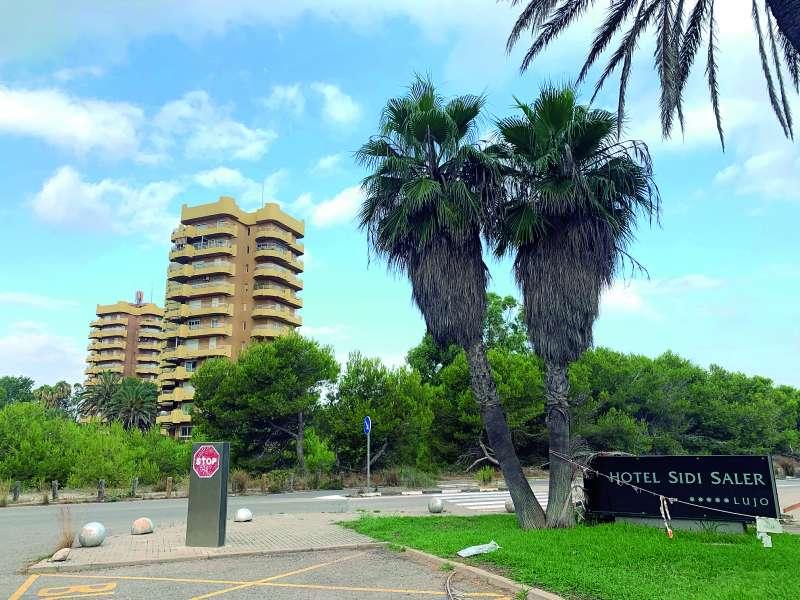 A unos metros del Sidi Saler hay torres de apartamentos. EPDA