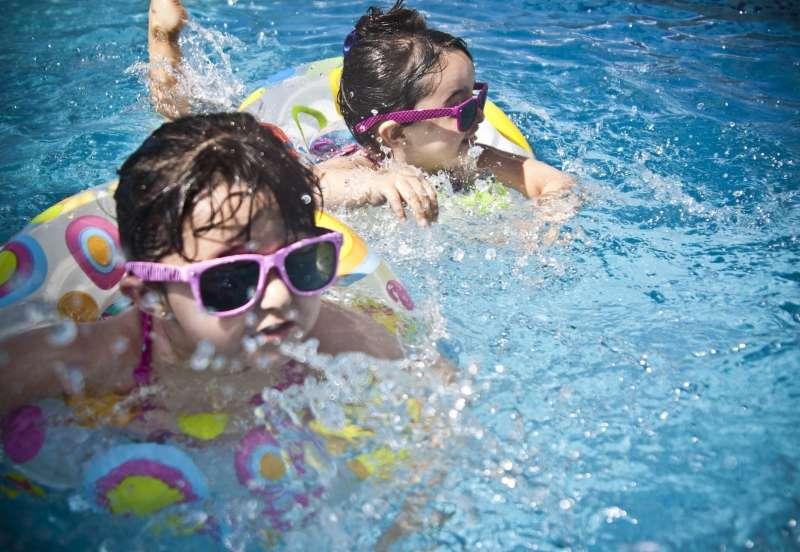 Dos niñas utilizan gafas en la piscina