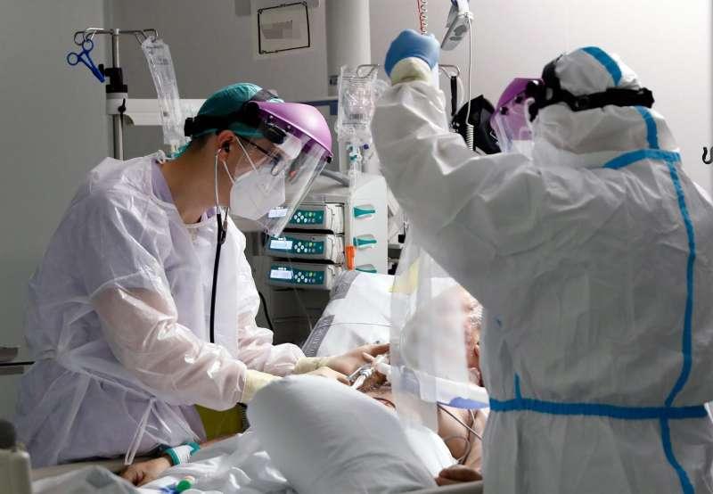 Personal sanitario atiende a un paciente en la Unidad de Cuidados Intensivos del Hospital La Fé de Valencia